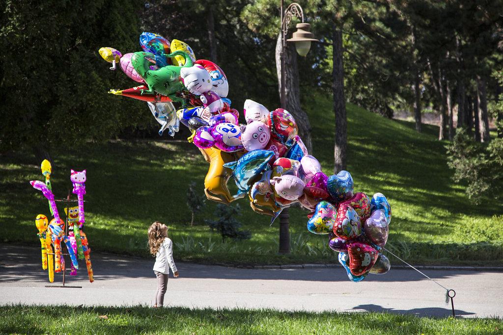 kind-vor-luftballons.jpg